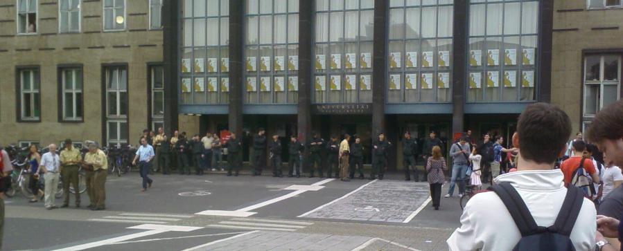 Polizeitkette vor dem Hauptgebäude